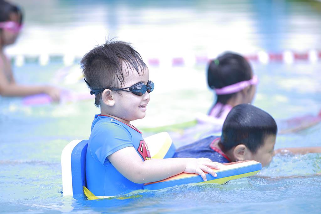 Khai giảng khóa học bơi miễn phí dành cho con cư dân Him Lam Chợ Lớn